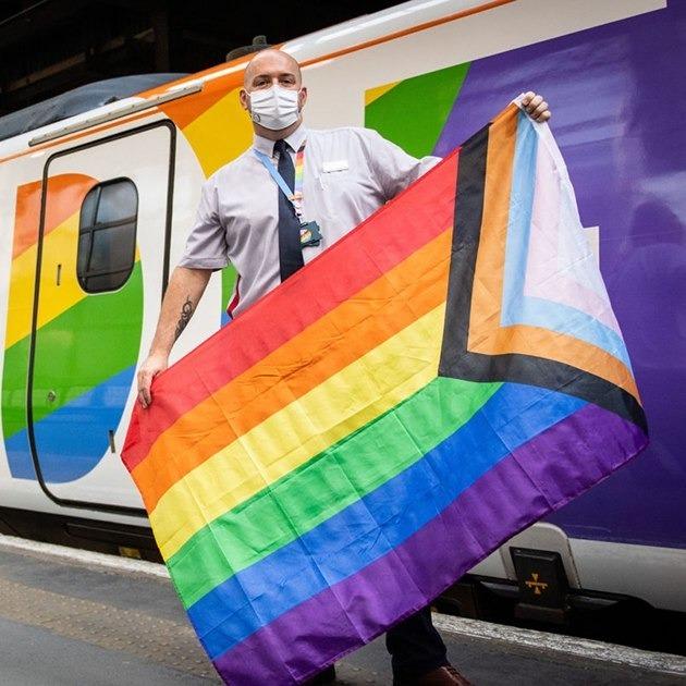 У Великій Британії запустили перший потяг з усіма ЛГБТ-працівниками — Рівність на Wonderzine