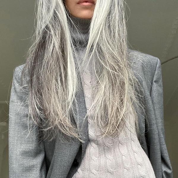 Чому сиве волосся – це не завжди про вік: пояснює лікарка