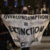 «Надмірне споживання = вимирання»: екоактивістка вийшла на подіум під час показу Louis Vuitton
