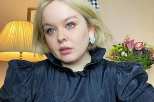 Зірка «Бріджертонів» Нікола Кохлан відповіла на коментар, де її назвали «товстою дівчиною»