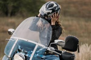 «О боже, друге місце посіла дівчина»: ведучий на мотоперегонах вдався до сексизму
