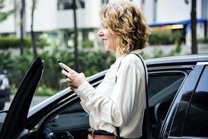 Як звичка дивитися в телефон впливає на професійну репутацію
