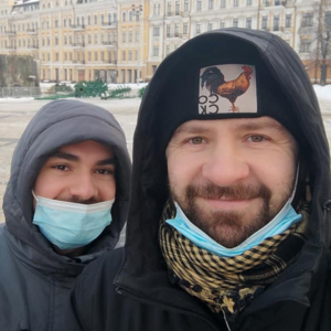 У Києві сусід погрожував ножем гей-парі. Поліція його не затримала, бо «він просто показував ніж»