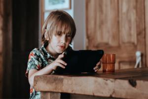 Діти, які проводять більше часу в гаджетах, мають кращі соціальні зв'язки – дослідження