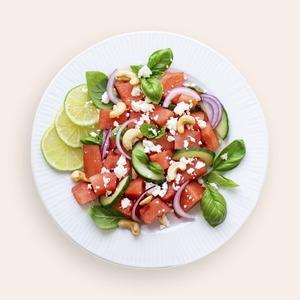 Із ягодами, динею та кавуном. 3 рецепти літніх салатів