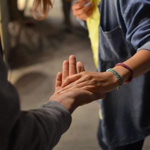 (Не)торкайся: що не так із дотиками незнайомих людей і як їх уникнути