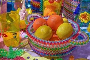 На кого підписатися: сумки та вази Susan Alexandra з кольорових намистин