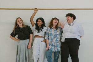 Чому люди відчувають себе щасливішими з друзями, ніж з родиною – дослідження